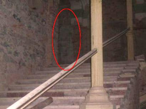 Ghost Pictures Ghostly Shadow Of Little Girl Caught In Hotel
